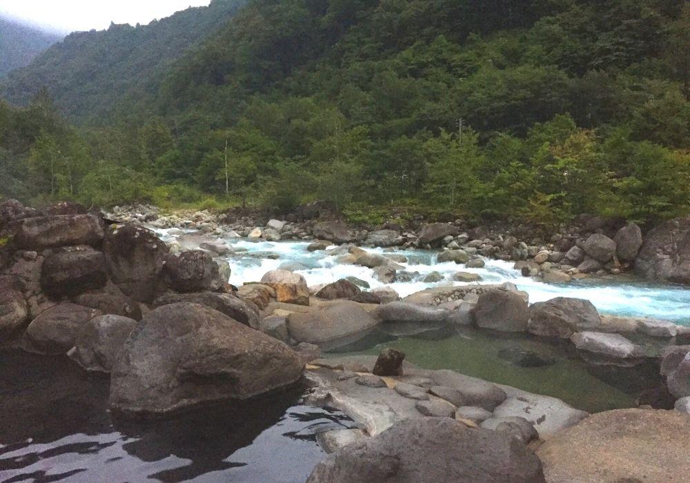 露天風呂を囲む自然