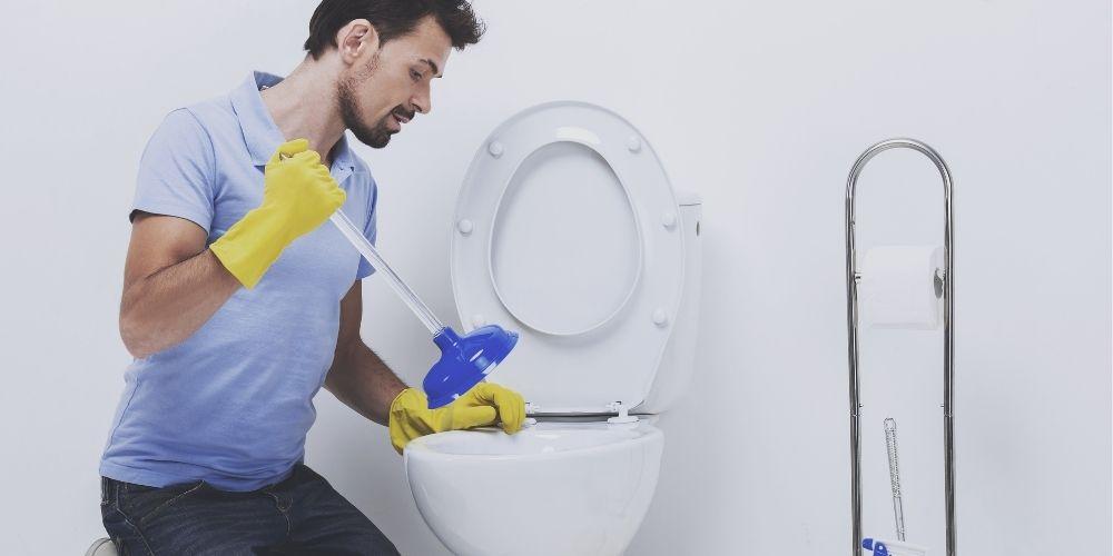 トイレ掃除する男性