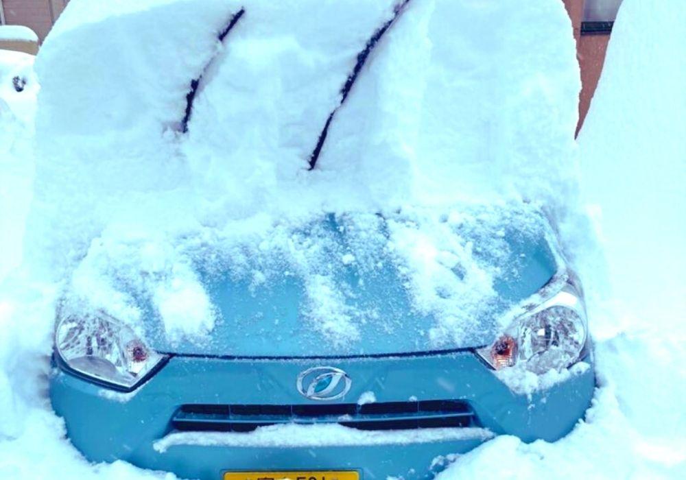 車の雪をおろす